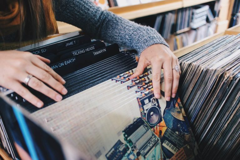 レコードを手に取る人